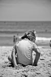 meisje op strand door Jim Bennuci