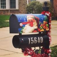 Zelfs de brievenbus is in Kerststijl!