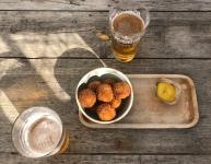 Bier en bitterballen op het strand...jaja alleen in Nederland! #mijnpapaisdeliefste