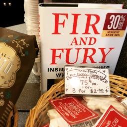 Kijk eens wat ik vond tussen de koekjes en de koffie...#fireandfury #starbucks #uitverkoop #amerika #trump