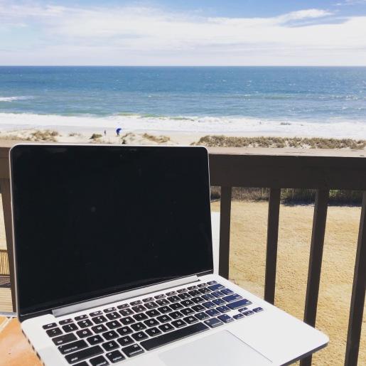 Geen slechte werkplek toch? #strand #carolinabeach #workremote #schrijven