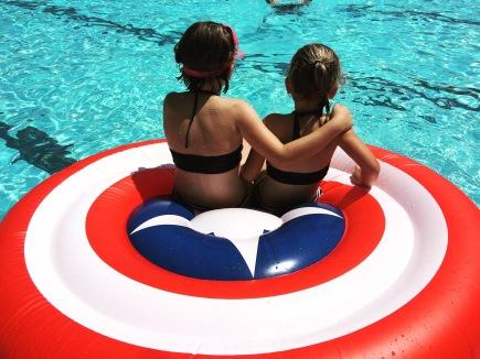 Zusjes in het zwembad #captainamerica #zwemmen #luchtbed #inamerikaisallesgroot