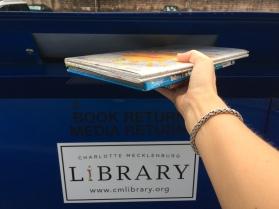 Drive-through bibliotheek, echt waar! Boeken terugbrengen vanuit de auto...#lui #drivethru #amerika #bibliotheek #boeken #auto
