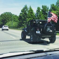 Ze houden van hun vlag de #amerikanen #patriotic #jeep
