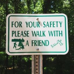 Ze zijn hier soms wel voor heel veel dingen bang...😏#bettersafethansorry #wandelen #bos #amerika #bang #suburbs