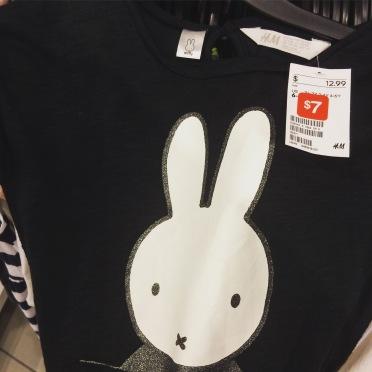 En toen vonden we opeens een Nijntje t-shirt in #Amerika #miffy #nijntje #hm #shoppingmall