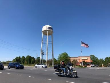 Even boodschappen doen in #southcarolina #starspangledbanner #motorcycle #watertower #normaalstezaakvandewereld